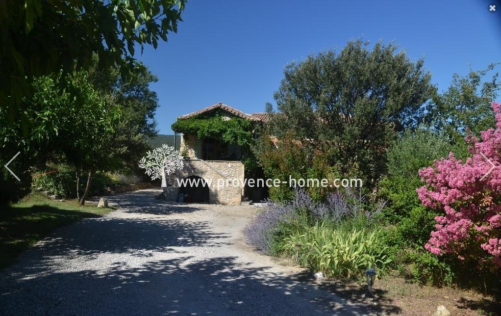 Renoverat byhus till salu i Provence. Köpa hus i Saint-Saturnin-les-Apt i Vaucluse. Semesterbostad i Lubéron. Fastighetsmäklare i Provence. Frankrike.