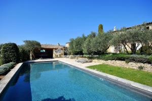 Charmigt hus till salu i Provence. Hus säljes i Cabrières d'Avignon. Köpa hus i Vaucluse, Lubéron. Mäklare i Vaucluse, Mäklare i Lubéron. Mäklare i Provence