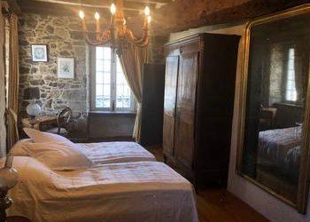Vackert stenhus till salu i Jugon-les-Lacs i Bretagne! Köpa hus i Côtes-d'Armor.